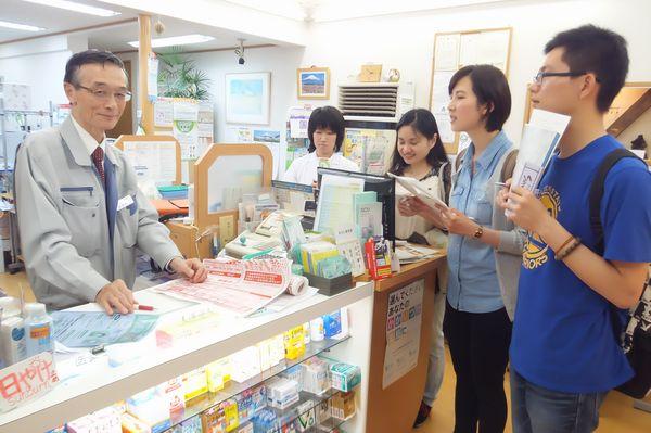 チカタ薬局 日本語学校の学生さんが調査に来店